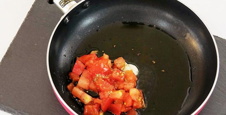 オリーブオイルを敷き、トマト、ソースの材料をすべて加えたフライパン